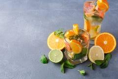 Fondo colorido del verano con las bebidas y las frutas de la fruta cítrica Foto de archivo
