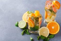 Fondo colorido del verano con las bebidas y las frutas de la fruta cítrica Fotografía de archivo