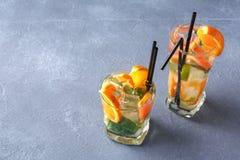 Fondo colorido del verano con las bebidas y las frutas de la fruta cítrica Imagen de archivo