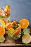 Fondo colorido del verano con las bebidas y las frutas de la fruta cítrica Fotos de archivo