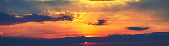 Fondo colorido hermoso del cielo de la puesta del sol con la luz del sol poniente detrás fotos de archivo