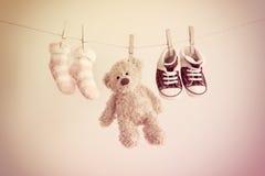Fondo colorido para el bebé con dos calcetines, zapatillas de deporte y osos de peluche rosados con el espacio de la copia Foto de archivo