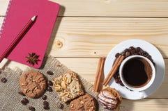 Fondo con café, las galletas y la libreta Imágenes de archivo libres de regalías