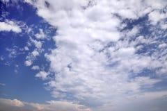 Fondo con cielo blu e le nuvole bianche Immagine Stock