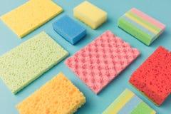 fondo con differenti spugne variopinte della cucina di lavaggio, Fotografia Stock Libera da Diritti