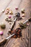 Fondo con differenti tipi di foglie di tè Fotografie Stock
