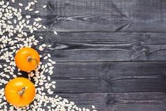 Fondo con dos calabaza y semillas en el tablero de madera Fotografía de archivo libre de regalías
