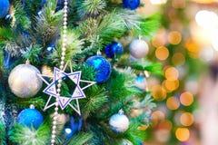 Fondo con el árbol adornado del Año Nuevo Fotos de archivo libres de regalías