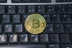 Fondo con el bitcoin en el teclado de ordenador foto de archivo libre de regalías
