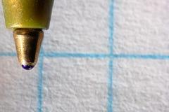 Fondo con el bolígrafo en un top de la macro de la hoja de papel Fotos de archivo