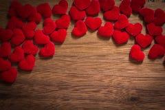 Fondo con el corazón en el piso de madera marrón, espacio en blanco para el mensaje de saludo Uso en concepto del fondo del día d Fotografía de archivo