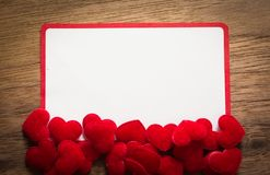 Fondo con el corazón en el piso de madera marrón, espacio en blanco para el mensaje de saludo Uso en concepto del fondo del día d Imágenes de archivo libres de regalías