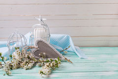 Fondo con el flor blanco de árboles, corazón decorativo de la primavera Foto de archivo