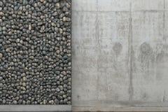 Fondo con el muro de cemento y la pared grises del gabion con las piedras en un marco de la rejilla del metal Vista delantera con stock de ilustración