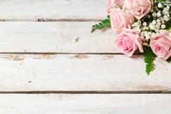 Fondo con el ramo color de rosa de las flores imagen de archivo libre de regalías