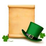 Fondo con el sombrero del día del St. Patricks con el trébol. Foto de archivo
