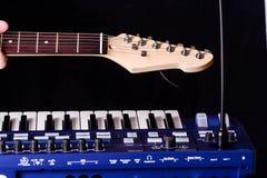 Fondo con el synth y la guitarra Imagenes de archivo
