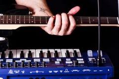 Fondo con el synth y la guitarra Foto de archivo libre de regalías