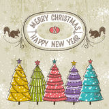 Fondo con gli alberi di Natale ed etichetta con tex Fotografie Stock Libere da Diritti