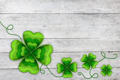 Fondo con hojas de St Patrick de cuatro tréboles Fotos de archivo libres de regalías