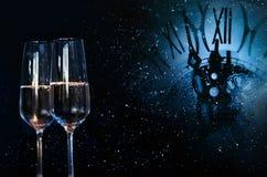 Fondo con hora y champán por un Año Nuevo Fotografía de archivo