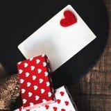 Fondo con i contenitori di regalo con i cuori, carta di festa per messaag Fotografia Stock Libera da Diritti