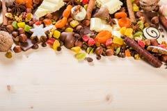 Fondo con i dolci ed il cioccolato, copyspace Immagine Stock Libera da Diritti
