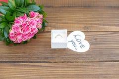 Fondo con i fiori e un anello come regalo Il concetto di Val Fotografie Stock