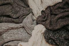 Fondo con i maglioni caldi Mucchio dei vestiti tricottati, fondo caldo, lavori o indumenti a maglia, spazio per testo, concetto d immagine stock libera da diritti