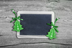 Fondo con i ninnoli verdi, spazio di Natale del testo Immagini Stock