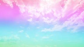 Fondo con il cielo e cielo blu pastello rosa, bella natura ed ambiente fotografia stock