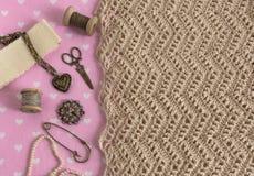 Fondo con il cucito e tricottare gli strumenti e degli accessori fotografie stock libere da diritti