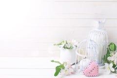 Fondo con il fiore della mela, candele, cuore decorativo Fotografia Stock