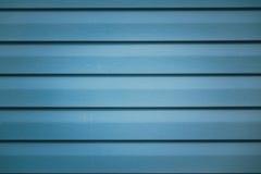 Fondo con il frammento a strisce metallico blu della facciata di una costruzione immagini stock libere da diritti