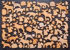 Fondo con il pan di zenzero dei biscotti di Natale Pan di zenzero sotto forma degli animali, delle stelle e dei cuori Immagini Stock Libere da Diritti