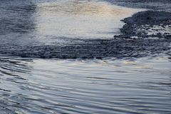 Fondo con l'acqua di fiume che entra nel letto sopra le pietre immagine stock libera da diritti