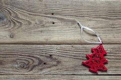 Fondo con l'albero rosso delle decorazioni di Natale sul vecchio boa di legno Fotografia Stock
