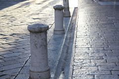 Fondo con la calle de piedra vieja en Zadar Croacia fotos de archivo