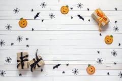 Fondo con la decoración de Halloween en la tabla de madera blanca Blan imágenes de archivo libres de regalías