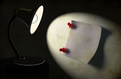 Fondo con la lámpara de escritorio de la iluminación Foto de archivo libre de regalías