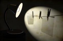 Fondo con la lámpara de escritorio de la iluminación Fotos de archivo libres de regalías
