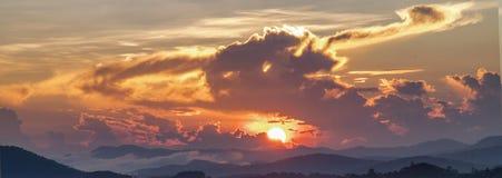Fondo con la magia de las nubes y del cielo en el amanecer, salida del sol, parte 4 de la puesta del sol fotos de archivo