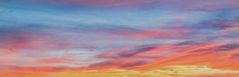 Fondo con la magia de las nubes y del cielo en el amanecer, salida del sol, parte 5 de la puesta del sol foto de archivo libre de regalías