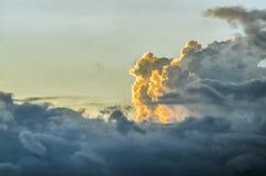 Fondo con la magia de las nubes y del cielo en el amanecer, salida del sol, parte 14 de la puesta del sol imagen de archivo libre de regalías