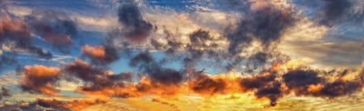 Fondo con la magia de las nubes y del cielo en el amanecer, salida del sol, puesta del sol fotos de archivo