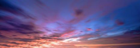Fondo con la magia de las nubes y del cielo en el amanecer, salida del sol, puesta del sol foto de archivo libre de regalías