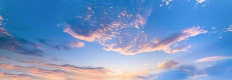 Fondo con la magia del cielo y de las nubes en el amanecer, salida del sol part20 imágenes de archivo libres de regalías