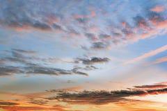 Fondo con la magia del cielo y de las nubes en la parte 10 del amanecer imágenes de archivo libres de regalías