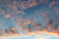Fondo con la magia del cielo y de las nubes en la parte 13 del amanecer foto de archivo