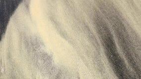 Fondo con la onda y la arena negra y amarilla Cierre para arriba